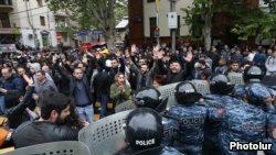 Policía detiene a Nikol Pashinyan y la situación se tensa.