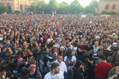 La Plaza de la República desborda de manifestantes a la espera de Nikol Pashinyan