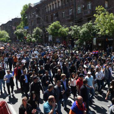 Continúan las protestas y marchas en diferentes calles de Yereván.