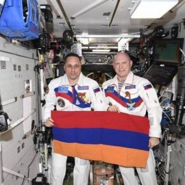 Banderas de Armenia y de la ciudad de Yereván en la Estación Espacial Internacional.