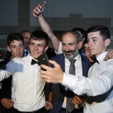 PM Pashinyan recibe a escolares de ciudades fronterizas en el día de la graduación.