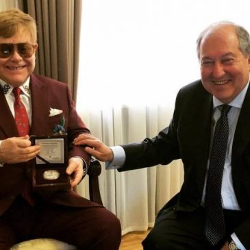 «Muchos cambios emocionantes e inspiradores suceden en este hermoso país», dice Sir Elton John en su viaje a Armenia, (FOTOS)