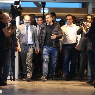 Serj Tanikian llego a Yerevan y junto a Nikol Pashinyan fue a la plaza de la Republica.