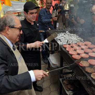 1 de junio, Día internacional del Niño. El Presidente preparo hamburguesas para los niños de un hogar.