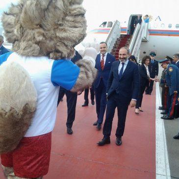 La mascota del Mundial de Rusia 2018, Zabivaka saluda al primer ministro armenio en el aeropuerto de Moscú, y juegan a la pelota.