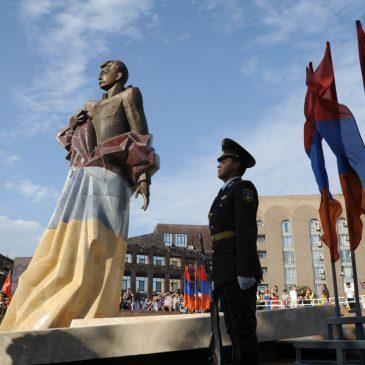 Se inauguró oficialmente la estatua de Aram Manukian