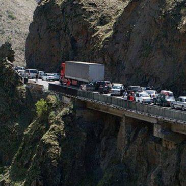 Camiones armenios demorados en el puesto fronterizo de Lars