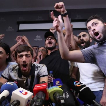 Conferencia de prensa de Kocharian interrumpida por manifestantes