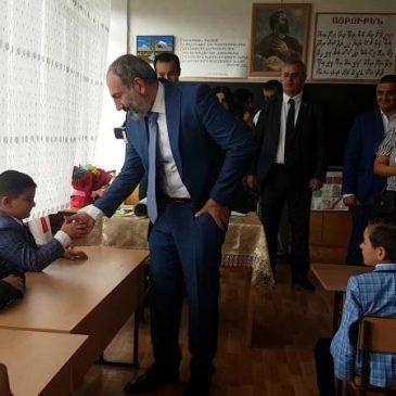 Comienzo de clases en Armenia: Visita sorpresa del Primer Ministro a una escuela en Sevan