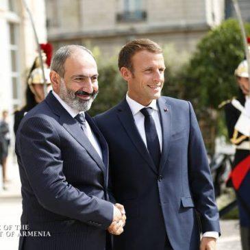 El Presidente de Francia da la bienvenida al Primer Ministro armenio en el Palacio Élysée