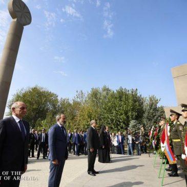 El primer ministro Nikol Pashinyan visitó el Panteón Yerablur en el Día de la Independencia
