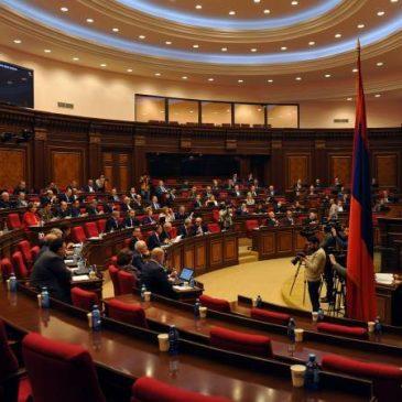Parlamento aprueba polémica ley bajo protestas masivas de la ciudadanía.