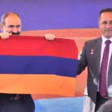 Astronauta ruso entrega la bandera de Armenia que viajo al espacio al primer ministro Nikol Pashinyan.