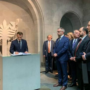"""""""Para aquellos que cayeron con el sol en sus ojos, que solo querían vivir"""" – Macron firma el libro de visitas en el museo del Genocidio Armenio en Yerevan"""