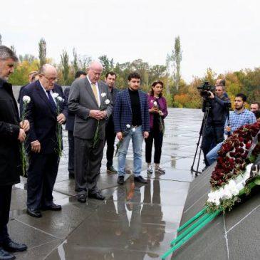 Rudy Giuliani visita el memorial del Genocidio Armenio en Yereván
