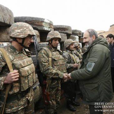 Pashinyan visita base militar y sigue los ejercicios tácticos militares.
