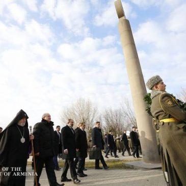 El Primer Ministro, el Presidente y otros funcionarios visitan el cementerio militar de Yerablur para honrar a los caídos