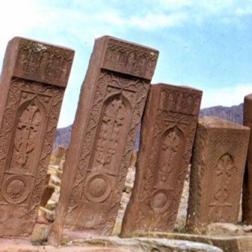 The Guardian denomina a la demolición decruces de piedras armenias (Hachkar) en «Genocidio Cultural» de Azerbaiyán