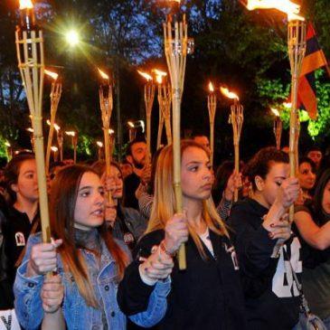 Tradicional procesión de antorchas en la víspera de la conmemoración del genocidio armenio en Yereván