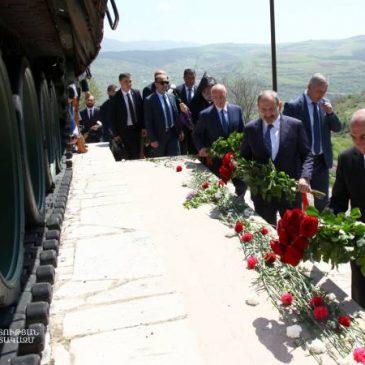 El Presidente de Artsaj y el Primer ministro de Armenia colocaron flores en el monumento del tanque por el Aniversario de la liberación de Shushí.