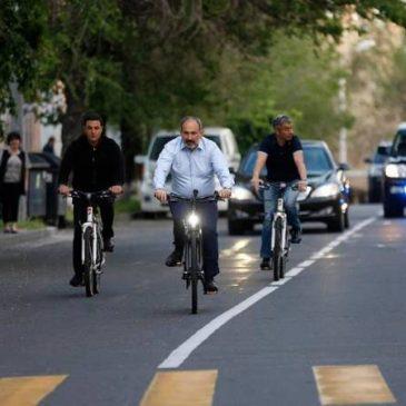 Pashinyan llega a la oficina en bicicleta