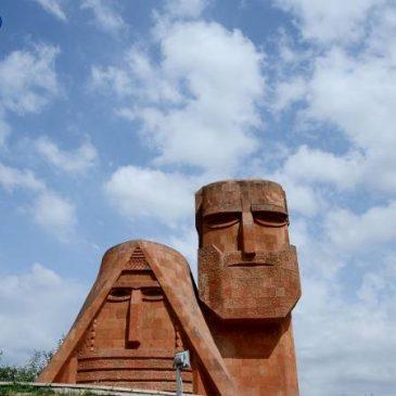 Reintroducir a Artsaj en las negociaciones del conflicto de NK es difícil pero es una cuestión de principios, dice la FM armenia