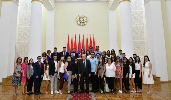El Presidente Armen Sarkissian recibió a jóvenes pasantes de la UGAB