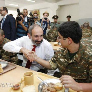 Pashinyan personalmente prueba la calidad de los alimentos durante la visita a la unidad militar