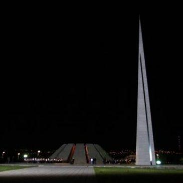 En conmemoración de las víctimas del genocidio, sonaron las campanas de las iglesias y se apagaron las luces de las calles de Yereván (video)