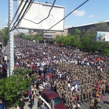 Los soldados de las batallas de abril se unen a las marchas y protegen al pueblo