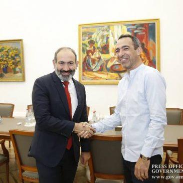 El primer ministro, Nikol Pashinyan, se reunió con Youri Djorkaeff y analizaron el desarrollo del fútbol armenio
