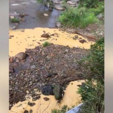 Planta de cobre arrojar efluentes al río el la ciudad de Alaverdi.