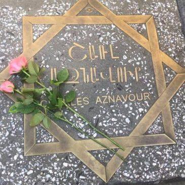 Velas encendidas en memoria de Charles Aznavour en la plaza que lleva su nombre en Yereván