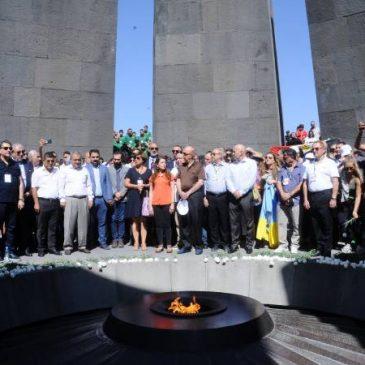 Participantes de los Juegos Pan-armenios de 2019 visitan el memorial del Genocidio