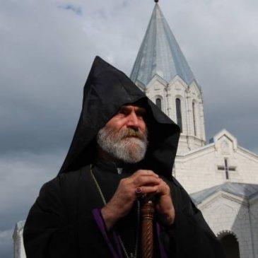 Ellos bombardean nuestras iglesias, nosotros preservamos mezquitas – Arzobispo sobre el ataque azerí al estilo del ISIS en Artsaj